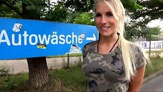Reudige, deutsche Drecksau auf dem Maennerklo weggeknallt.