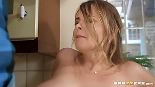 Sexy housewife with nice booty Candy Alexa is poked on the kitchen counter