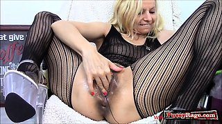 Hot pornstar gaping and cumshot