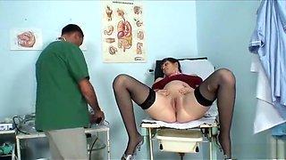 Zwanger sletje afgeneukt door haar dokter