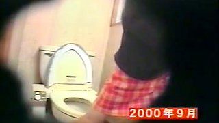 Rubbing the clit petite girl cums on bowl on the toilet cam
