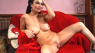 Foxy cougar Avalon Kassani opens her legs to pleasure her pussy